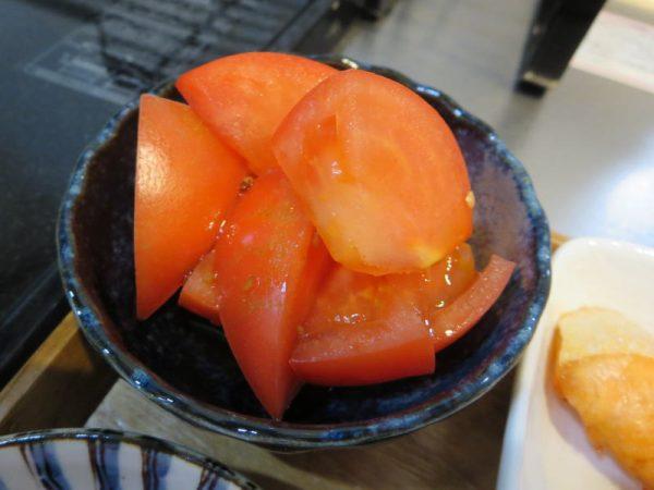 トマト、ドレッシングかけ