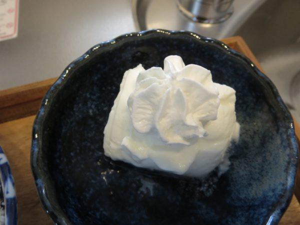 水切りヨーグルトホイップクリーム添え