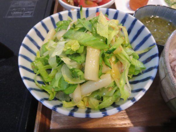 レタスとホワイトアスパラ、カニカマのサラダ
