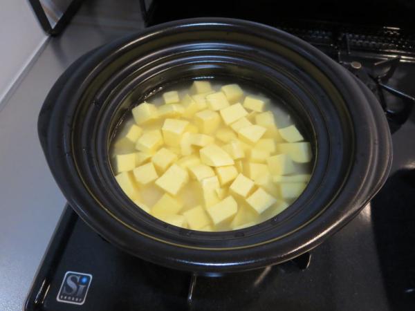 土鍋でさつまいもごはんを炊く