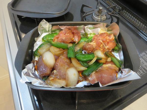 鶏もも肉の照り焼き、グリルパンにのせる