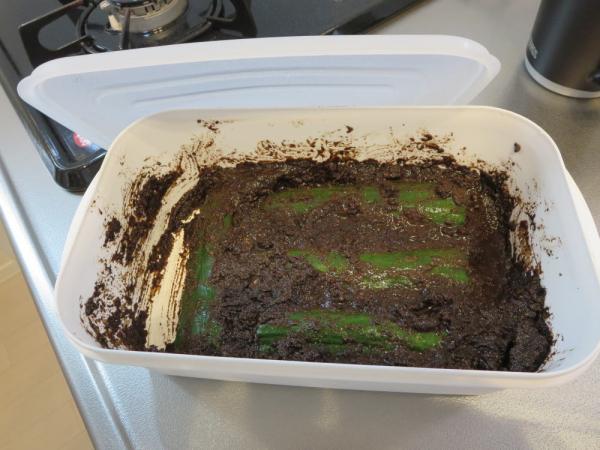 燻製麦ぬか床(みたけ)を100円ショップ(セリア)の保存容器に移す