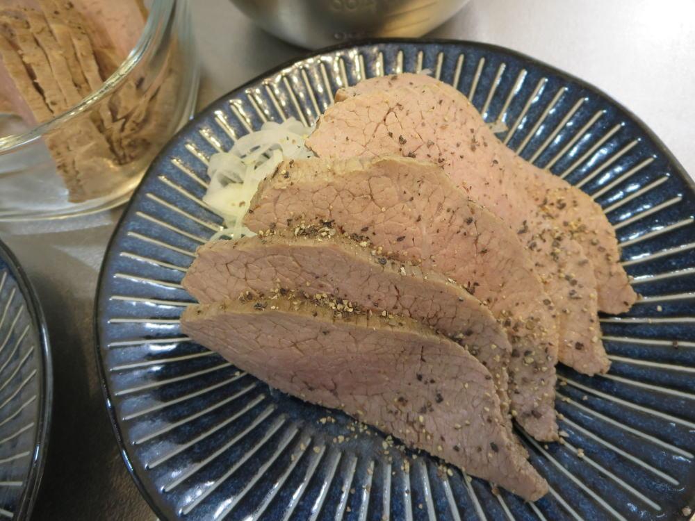 ローストビーフ、スライス玉ねぎ添え(みきママのおうちで作る外食ごはんより)