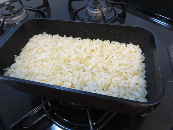 発芽玄米にした玄米を計量し、トースターパンで炊飯
