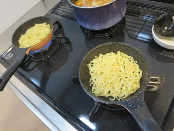 焼きそば麺をミニフライパンで焼く