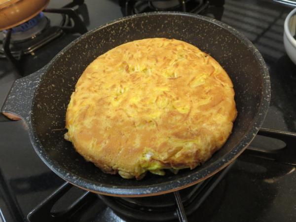 焼きそば麺を卵とともに焼く