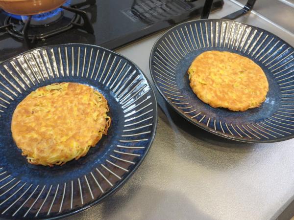 焼いた焼きそば麺と卵