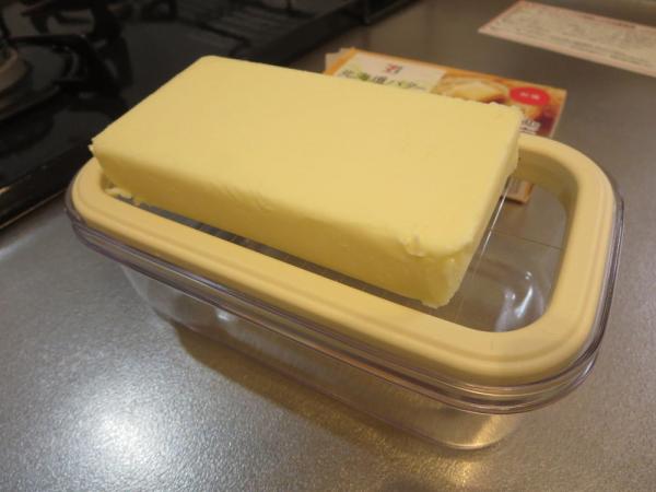 カットできちゃうバターケース、ワイヤープレートにバターをのせる