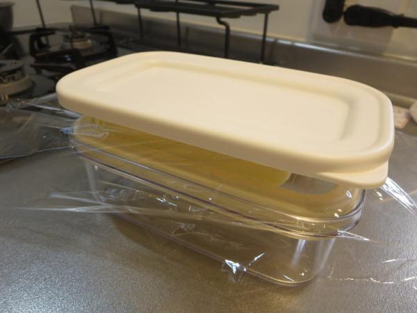カットできちゃうバターケース、ワイヤープレートにバターをのせてフタで押す