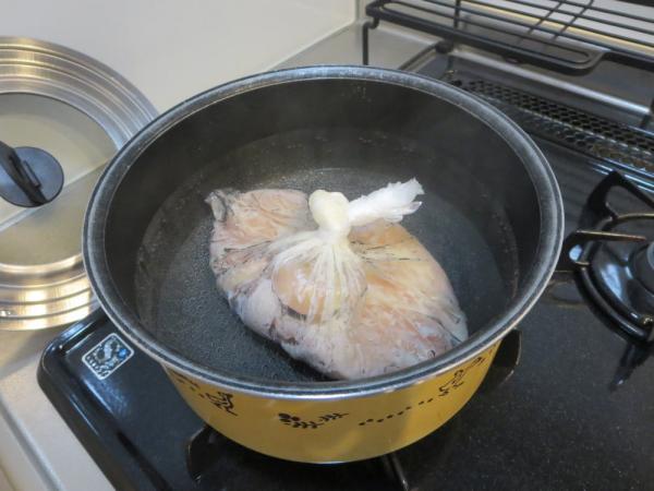 アイラップに入れた鶏むね肉をボイル