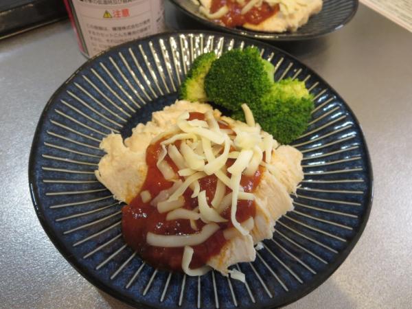 スライスした茹で鶏にミートソースとチーズ