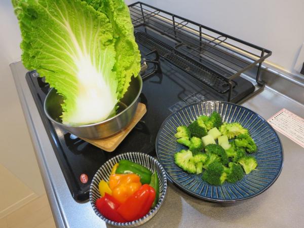 白菜、ブロッコリー、パプリカ、ピーマンの下ごしらえ