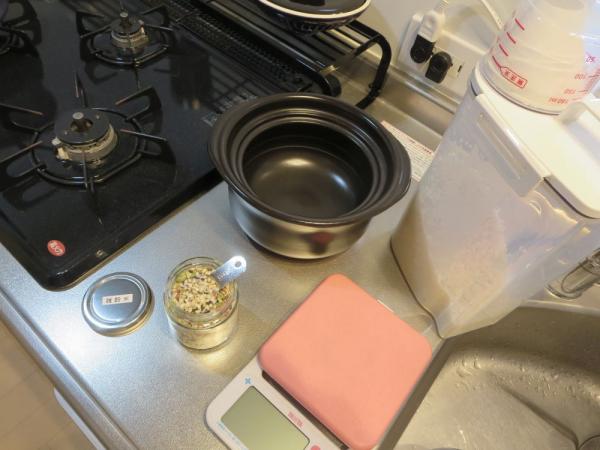 雑穀米を入れて土鍋でごはんを炊く