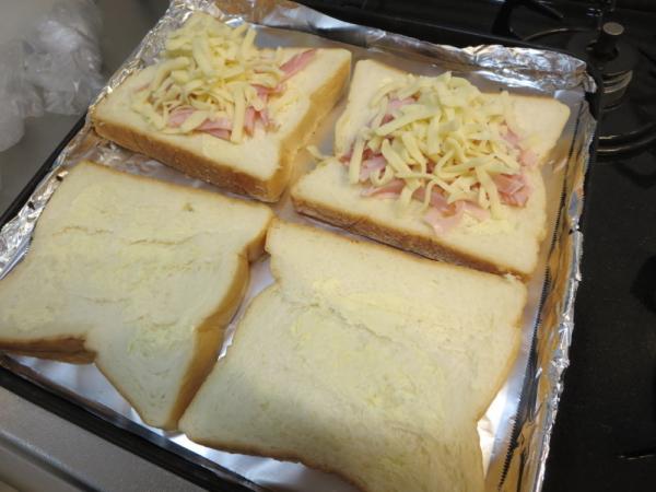 食パンにハムとチーズ