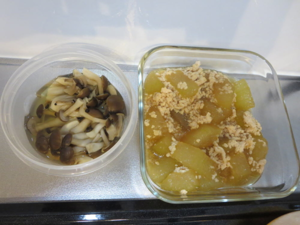 冬瓜(とうがん)と鶏ひき肉の煮物、しめじの白だし煮