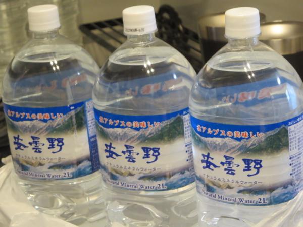 ペットボトルの水2L