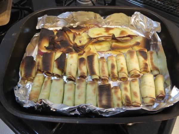 丸めたさつまいもを魚焼きグリルで焼く
