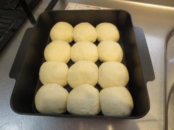 ちぎりパンの生地、丸めて並べる