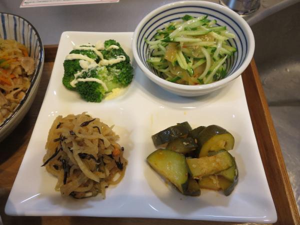 4点盛り(ブロッコリー、きゅうりと中華クラゲの和え物、ズッキーニの中華風、切り干し大根の煮物)