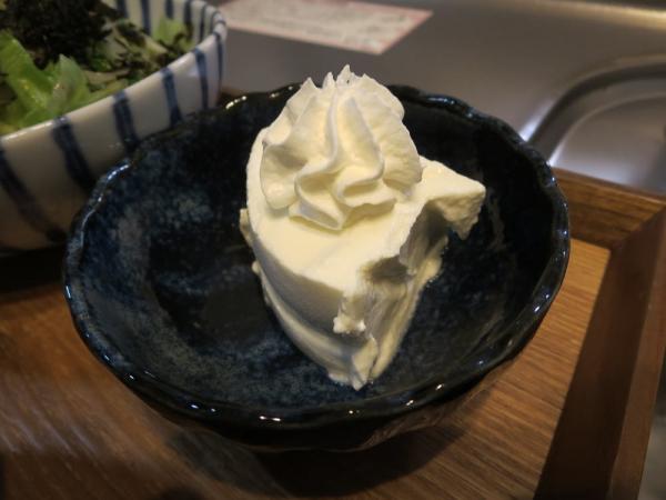 水切りヨーグルトのホイップクリーム添え