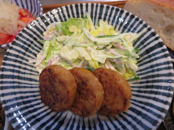 大豆のお肉のハンバーグ(冷食)と野菜サラダ