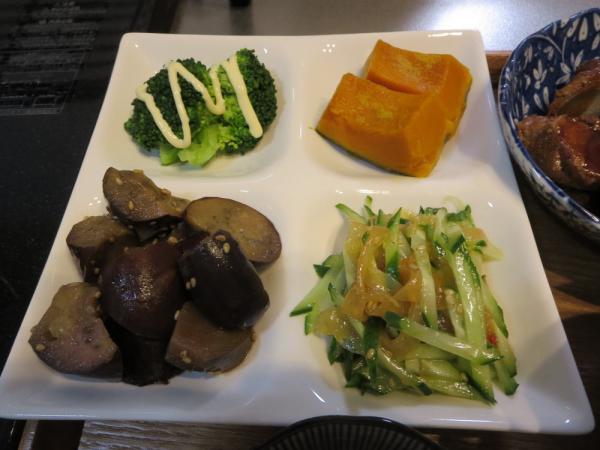 4点盛り(ブロッコリー、かぼちゃ煮、ナスの甘酢醤油漬け、きゅうりと中華クラゲの和え物)