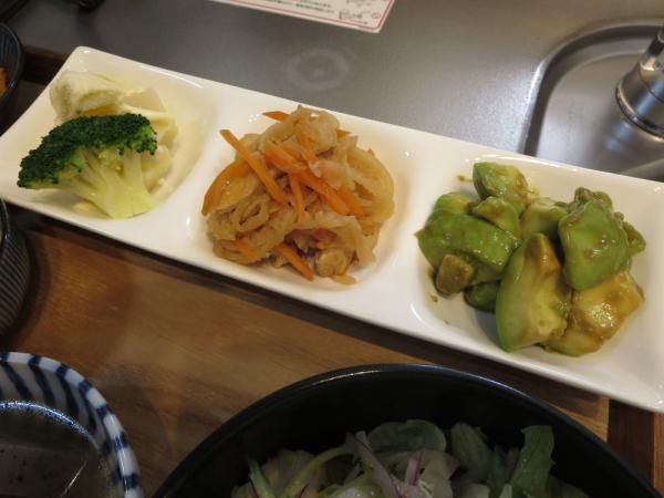 3点盛り(ブロッコリー、切干大根の煮物、アボカドのわさび醤油和え)