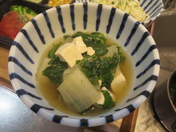 白菜、豆腐、青菜の汁物