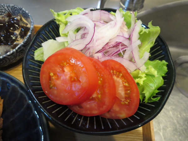 野菜(レタス、スライス玉ねぎ、きゅうり、トマト)
