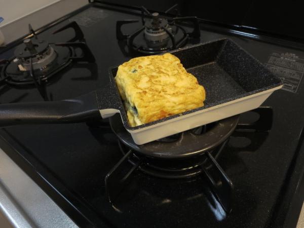 たまご1つで焼ける卵焼き用フライパンでだし巻きたまごを焼く