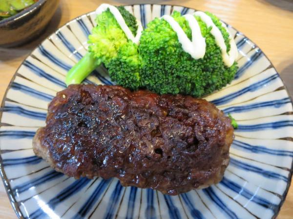 焼きひき肉、ブロッコリー添え