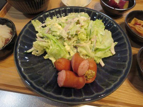 ジョンソンヴィルソーセージと野菜サラダ