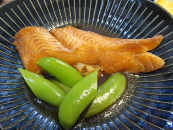 煮魚(ムキカレイ)、スナップエンドウ添え