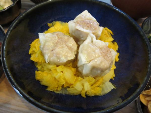 シューマイ(蒸しオレンジ白菜添え)