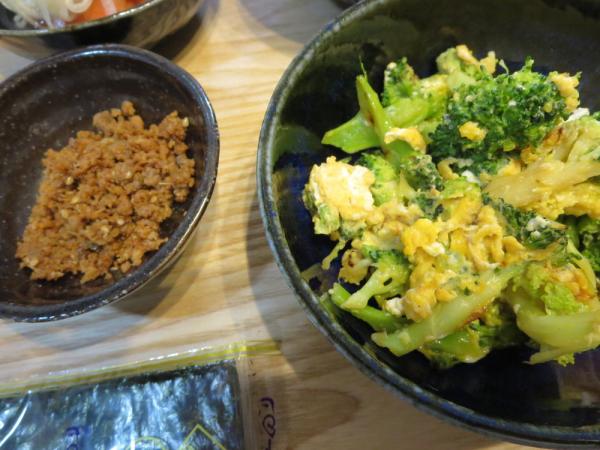 秋刀魚のそぼろとたまごとブロッコリーの炒め物