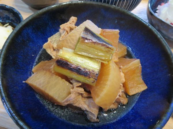 大根と豚肉の煮物、焼きネギ添え