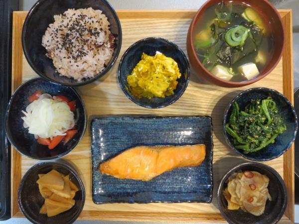 焼鮭とお赤飯の献立