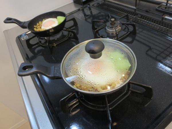 炒めたキャベツの上にたまご、蓋をして蒸し焼き