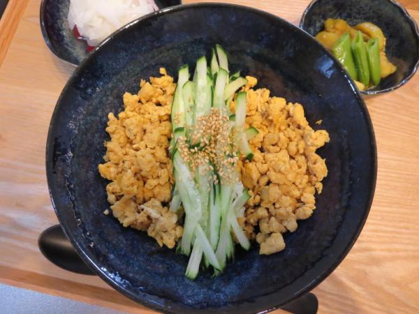 炒り卵と千切りきゅうり丼