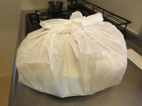 Pan&(パンド)の冷凍パンをレジ袋に入れた所