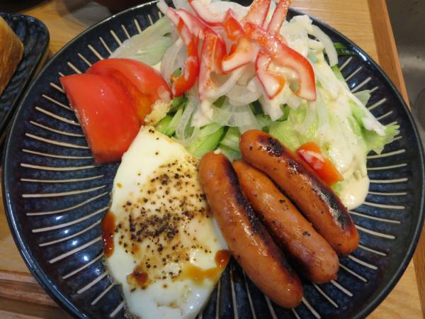 目玉焼き、ウインナー、野菜サラダ