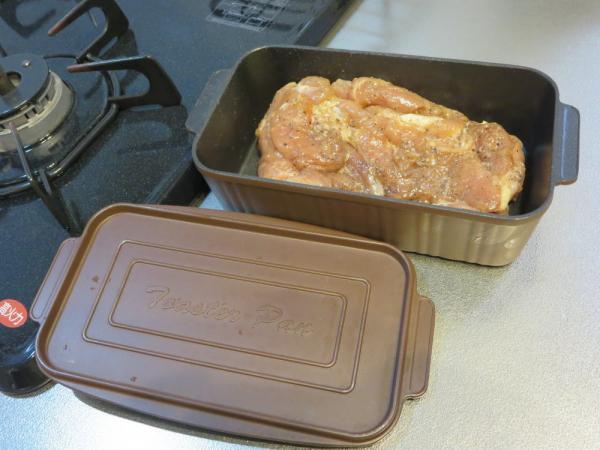 下味をつけた鶏もも肉をトースターパンに入れる