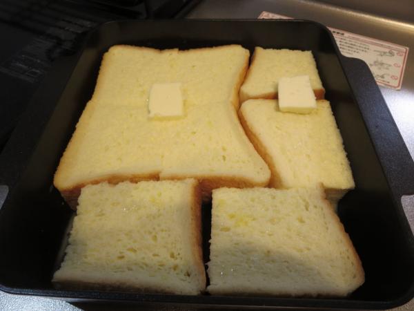 食パンに卵液をかけ、バターをのせる