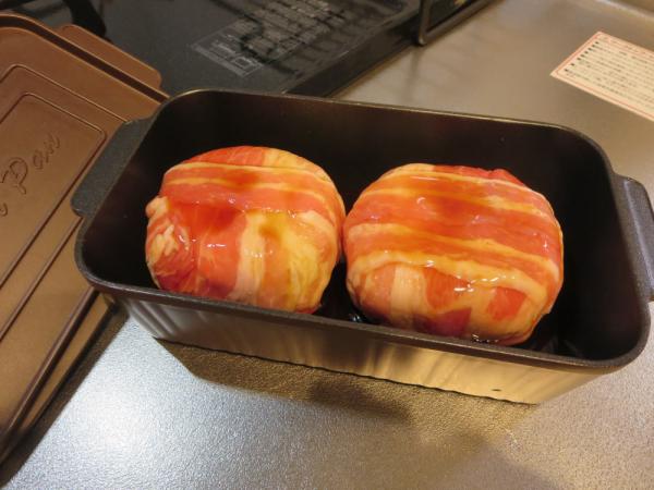 マッシュポテトを豚バラ肉で包みトースターパンに並べ調味料