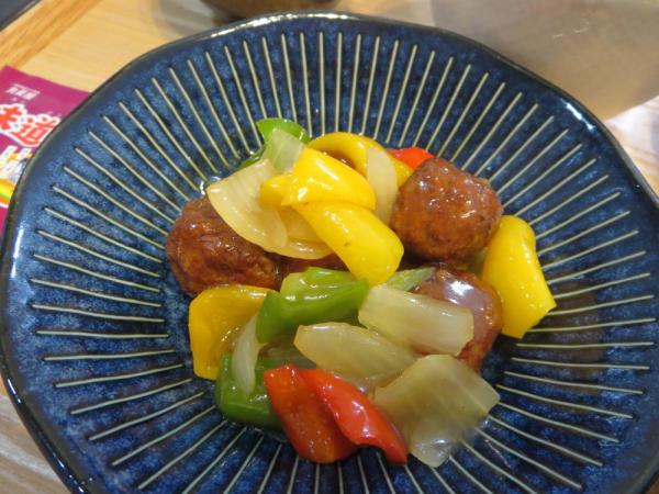 シャーロウワンズ(甘酢肉団子)と野菜和え