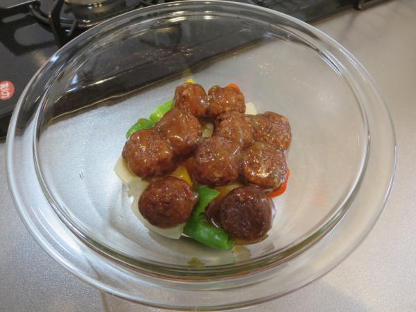 加熱した野菜の上にシャーロウワンズ(甘酢肉団子)
