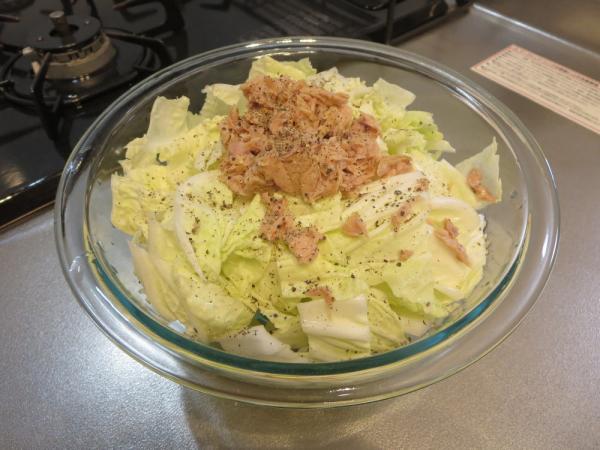 白菜とツナ缶を耐熱ボウルに入れ黒コショウ