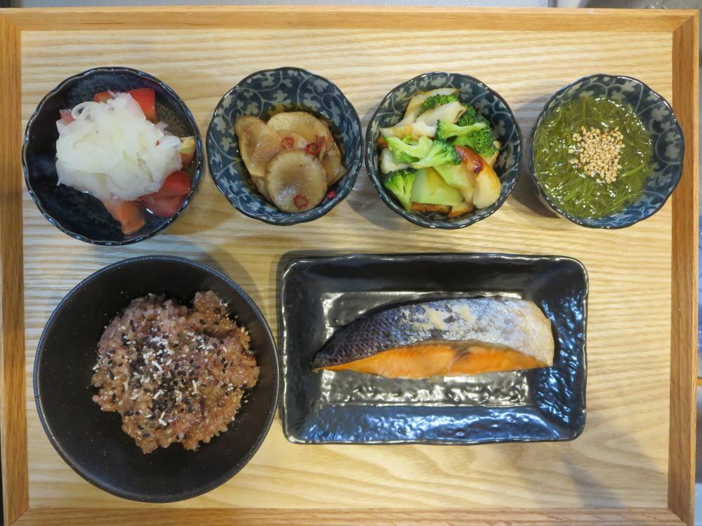 焼魚(塩鮭)と酵素玄米(寝かせ玄米)の献立