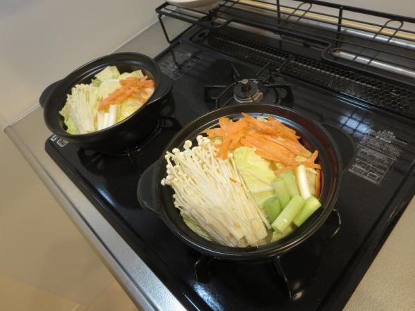 野菜を土鍋に入れて煮る
