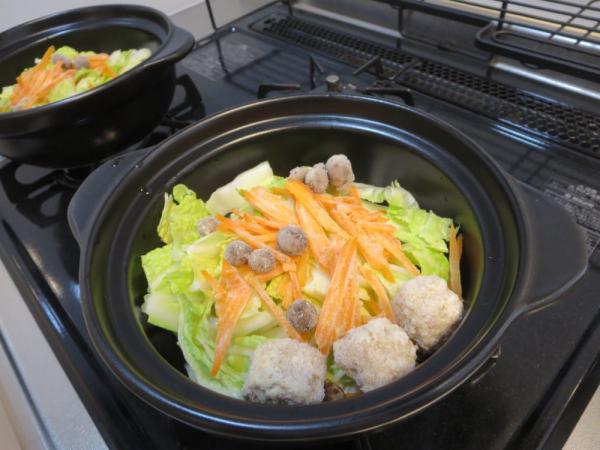 土鍋に野菜などを入れる